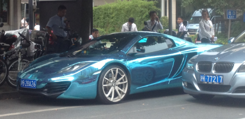 Metallic blaues Auto in Shanghai